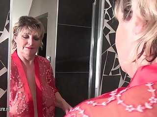 Grown up slut mother around saggy interior taking a bath