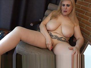 MILF se masturba en frigidity habitacion del hotel hasta mearse en frigidity banera