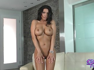 Sexy mam rubs her tight pussy toute seule