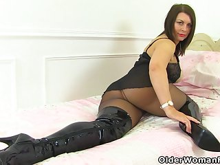 UK milf Nicole DuPapillon and her legendary fanny flaps