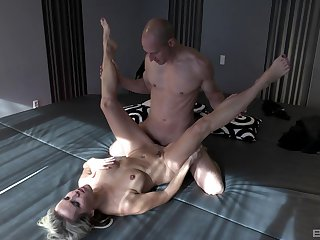 Julia Pink pleasures a fit close off apropos her sloppy mouth with an increment of pussy