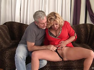 Mature granny Karen Summer fucked in her hairy pussy unconnected with a stranger