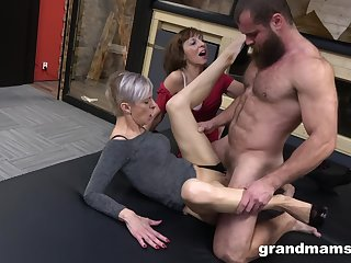 Kinky threesome conclusion unsettled a alluring beggar with an increment of two mature sluts